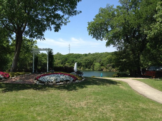 Hilton DFW Lakes Executive Conference Center: View of hotel grounds and lake