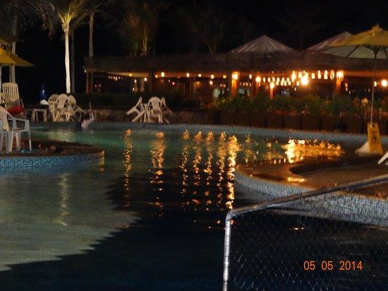 Oceani Beach Park Hotel: vista a noite da piscina e ao fundo o restaurante