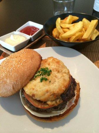 Pijama Restaurant: La Francesa. Con aceitunas negras, all i oli, y un pastel de patata con bacon, cebolla y emmenta