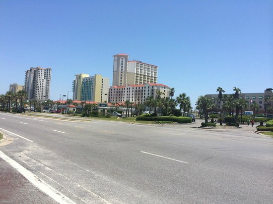 Hilton Pensacola Beach: View of hotel from boardwalk