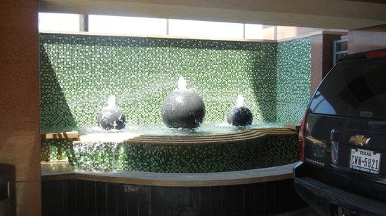 Crowne Plaza Houston Galleria Area : A l'entree de l'hotel