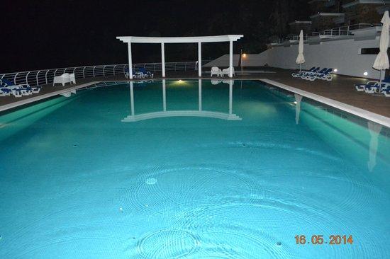 Apartamentos do Lago: Piscina à noite.