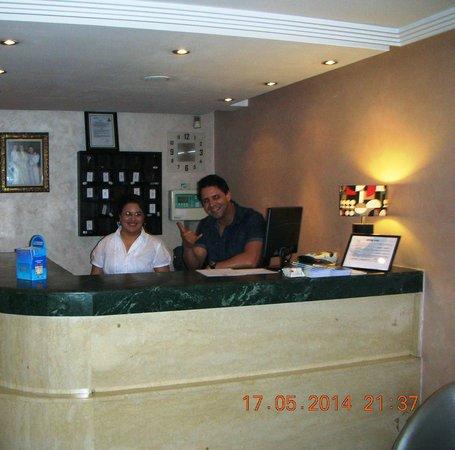 Hotel Yto: Il personale  alla reception
