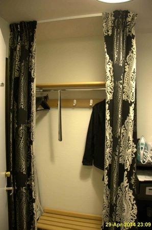 Best Western Plus Grand Hotel Elektra: Als Schrank dient ein Vorhang.