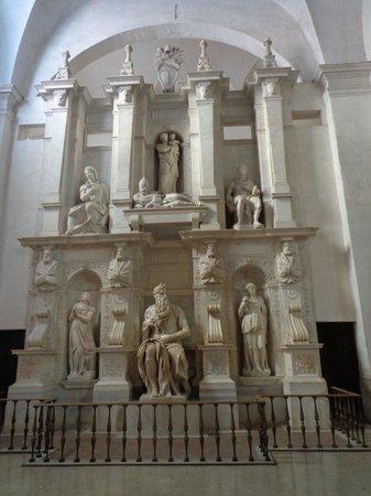 San Pietro in Vincoli: sepulcro del papa Julio II con el Moisès