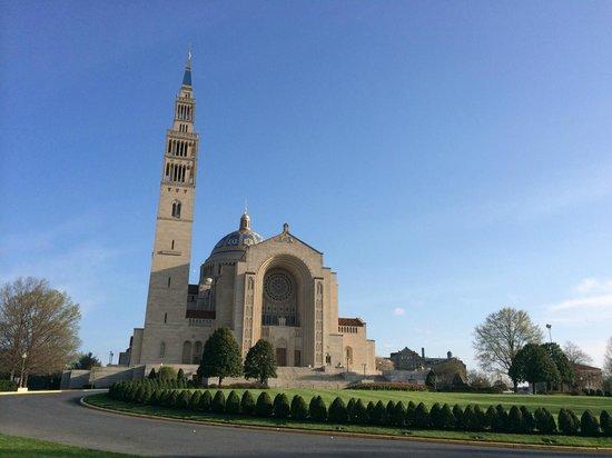 Basilica of the National Shrine of the Immaculate Conception: Vista de longe - muito grande pro padrão americano