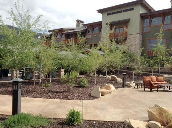 Sunrise Lodge by Hilton Grand Vacations : pool and grill area...outdoor seating