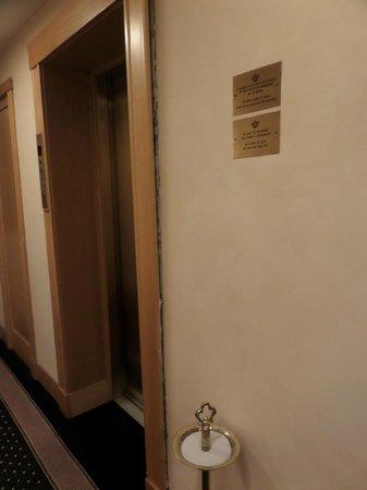 Royal Continental Hotel : Gaps in walls/doorways.