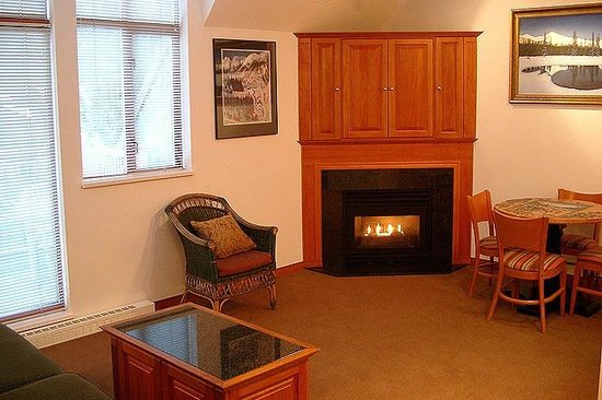 Alpenglow Lodge: Fireplace in every room