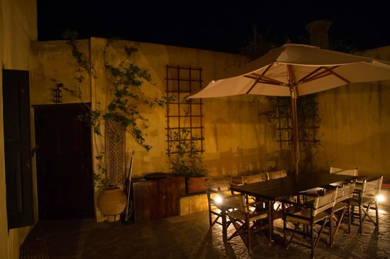 Zacosta Villa Hotel: Courtyard at night - Zacosta