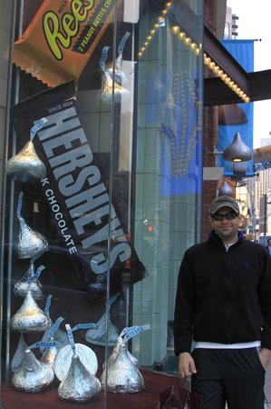 Hershey's Chocolate World Times Square: So many cool props in the window