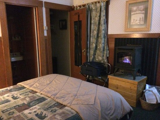 Tahoma Meadows B&B Cottages: Bear's Den
