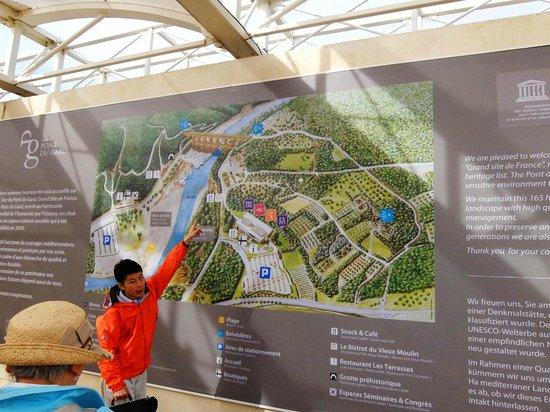 Vers-Pont-du-Gard, Frankrig: ポンデュガール・・・センターの地図設明する人気添乗員神原さん