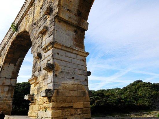 Pont du Gard : ポンデュガール・・・橋脚に作業する為の足場、補強?