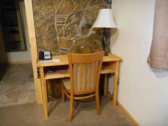 Falls Motel: King Suite Desk