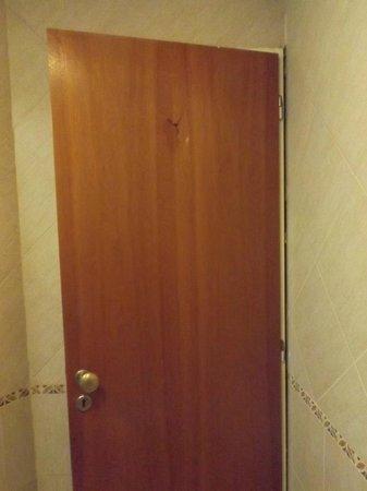 Tribeca Buenos Aires Apart: Porta do banheiro rachada