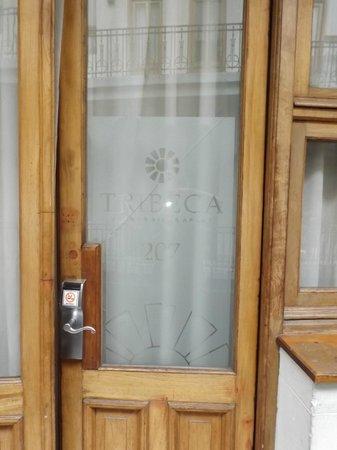 Tribeca Buenos Aires Apart: Porta do quarto com vidro trincado