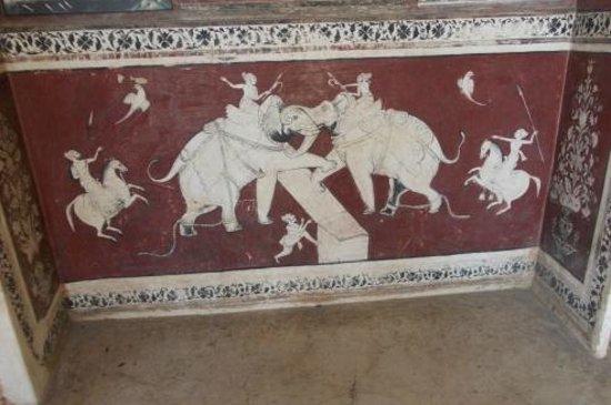 Garh Palace: frescoe.