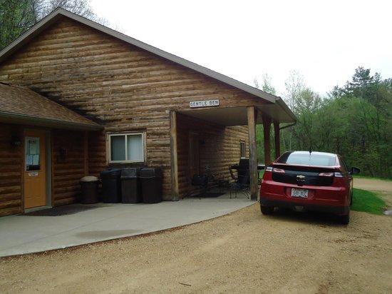 Pine Point Lodge: Parking at Gentle Ben lodge