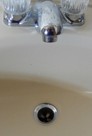The North Woods Inn: no plunger on the sink