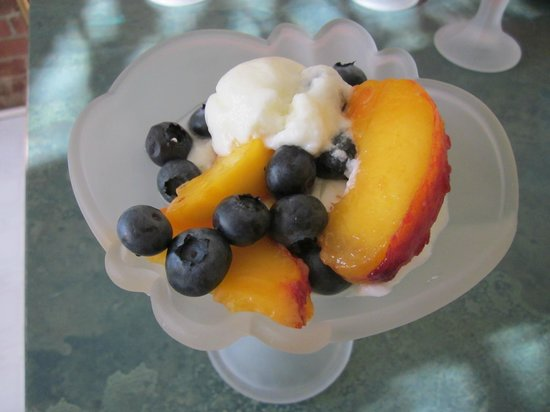 Jacquie Gordon's Bed & Breakfast: Breakfast Parfait of fresh blueberries, peaches and yogurt
