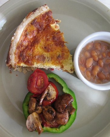 Jacquie Gordon's Bed and Breakfast : Quiche and baked beans