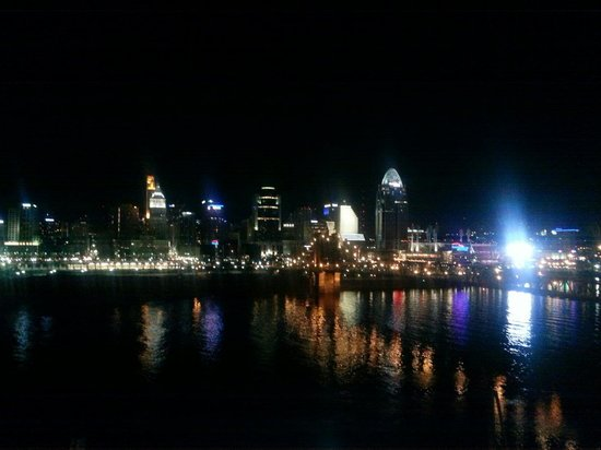 Embassy Suites by Hilton Cincinnati - RiverCenter (Covington, KY): Veiw at night ☆♡☆♡☆♡☆