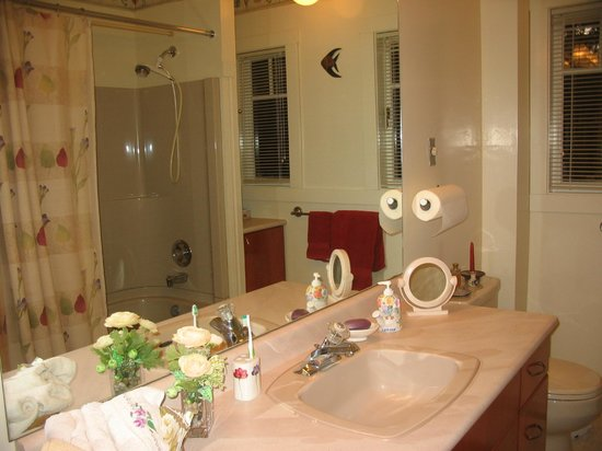 Jacquie Gordon's Bed and Breakfast : Spacious Bathroom, tub with shower. On main floor.