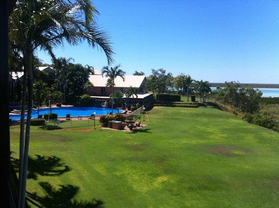 Moonlight Bay Suites : Pool & Yard