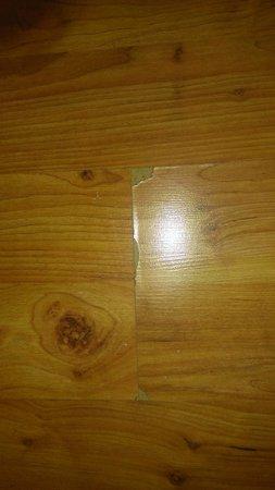 Hotel Indigo Chicago Downtown Gold Coast: vinyl flooring coming apart