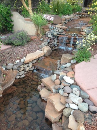 Sedona Real Inn and Suites: Pretty stream with waterfall