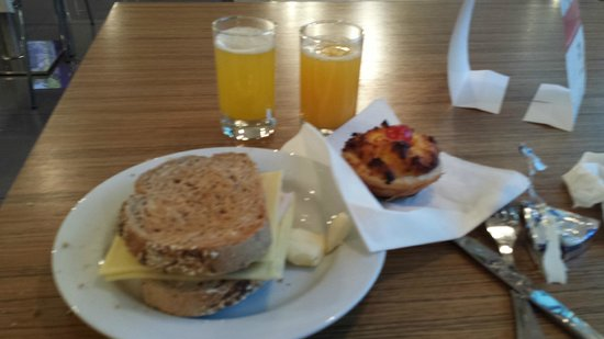 Holiday Inn Express Lisbon Airport: complimentary breakfast