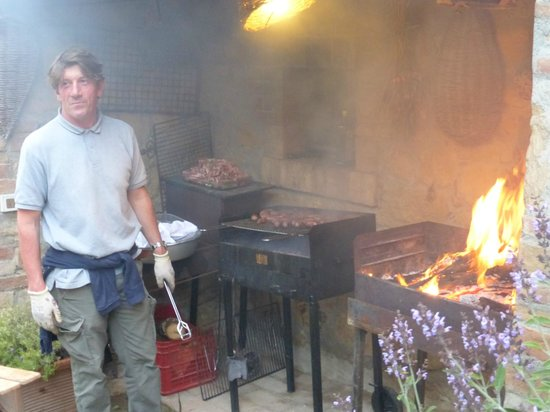 Casa Moricciani: Carlo grilling for the Thursday family/guest dinner