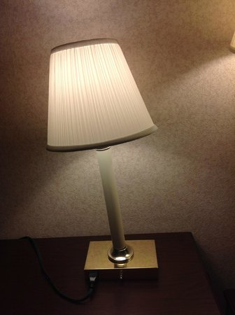 Howard Johnson Inn And Conference Center Salem: Broken lamp