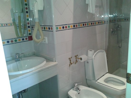 Hotel Puerta de Sevilla: Banheiro do quarto