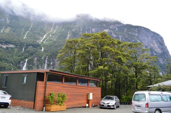 Milford Sound Lodge: waterfalls all around