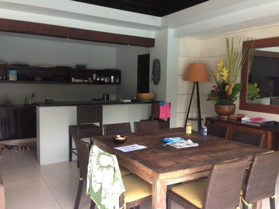 Kembali Villas: Kitchen / meals area