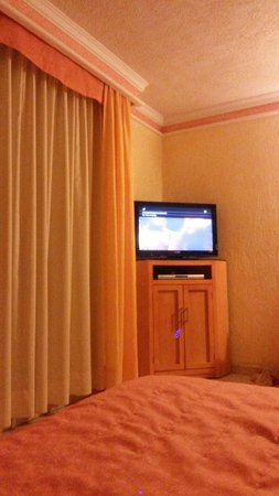 """Hotel Puerta Del Sol: Amplia habitacion y tv 32"""" led con tv cable."""