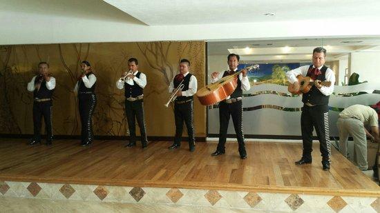 Canto Del Sol Plaza Vallarta: Mariachi Band in the Lobby Bar