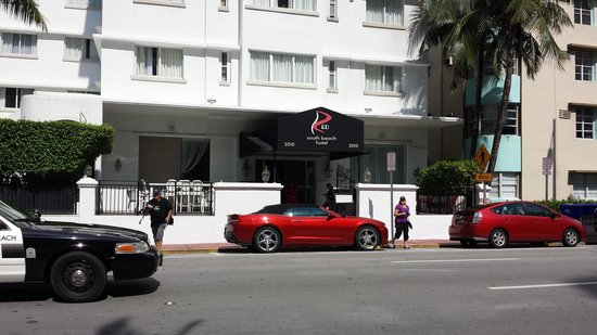 Red South Beach Hotel: Red Hotel with Red Car out the front