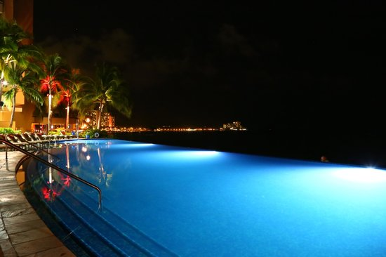 Sheraton Waikiki: Edge pool at night