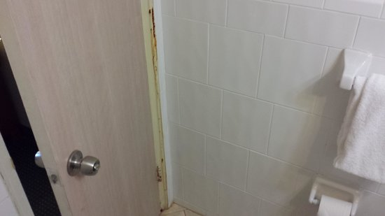 Days Inn Miami Airport North : stains behind the bathroom door