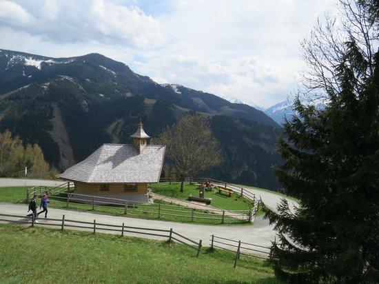 Mitterberghof Jausenstation: Zell am See - Mitterberghof - igreja ao lado