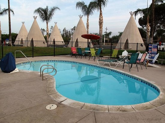 Wigwam Motel: Pool area with tipi's in the background.