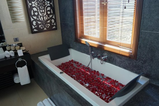 Tanadewa Luxury Villas & Spa: View of Bathtub