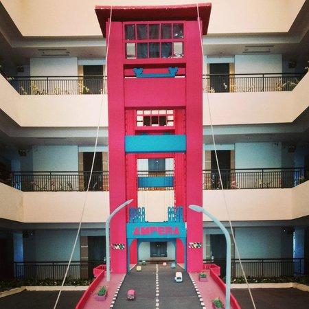 The Daira Hotel Palembang : Depan lift lantai 6... ada miniatur jembatan ampera