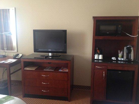 Hilton Richmond Downtown : tv, microwave, and mini fridge