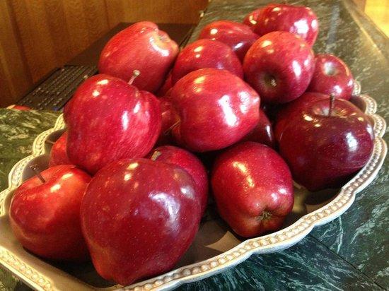 The Inn on Biltmore Estate: Fresh apples at the front desk