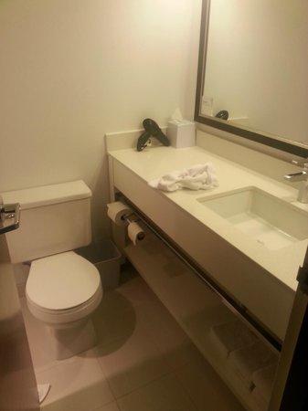 Four Points by Sheraton Edmonton South: bathroom