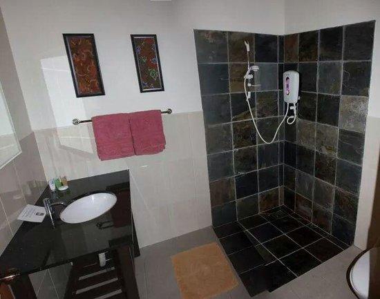 Minang Cove Resort: Deluxe bathroom